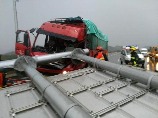 北京狂风暴雨吹倒高速路牌砸中货车 被困司机获救