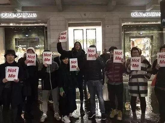 11月22日,在D&G米兰总部门口,手举not me抗议牌的华人