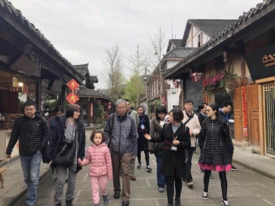 首届中国女子围棋名人战决赛休赛日 众棋手嘉宾游览阆中古城