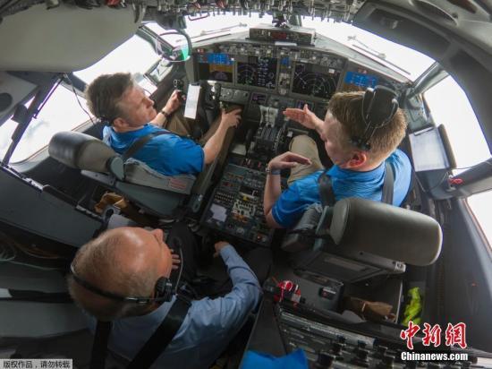 资料图:当地时间2019年4月3日,波音公司CEO米伦伯格与波音试飞员一道,参加了一次验证737 MAX型号飞机更新软件的测试飞行。更新后的 软件按照设计发挥了作用。