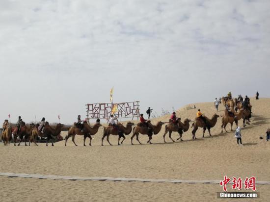 国庆黄金周期间,新疆尉犁县罗布人村寨景区游人如织。王小军 摄