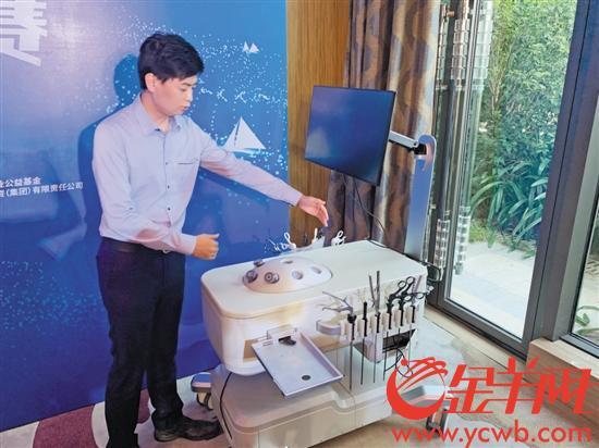 技术人员展示腹腔镜手术实景模拟器 记者邓勃摄