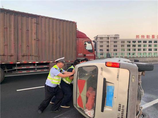 高速路汽车侧翻 警民合力施援手