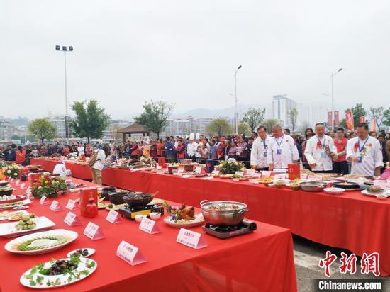 11月13日,平乐十八酿美食争霸赛展开擂台。 欧惠兰 摄