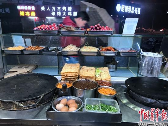 一户油篓村民的煎饼铺,各色食材码放整齐
