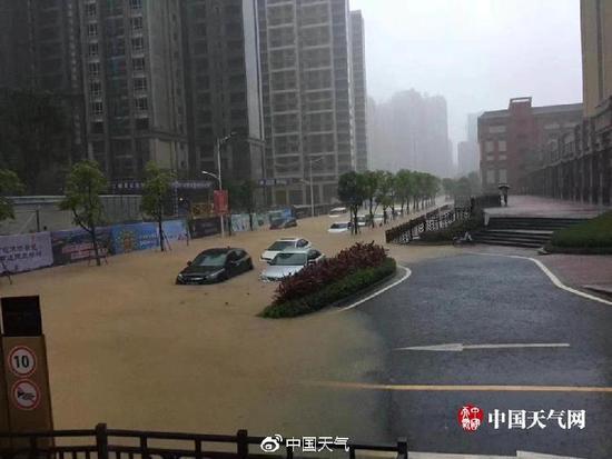 """广州的雨有多大?白云机场被暴雨覆盖变""""码头"""""""
