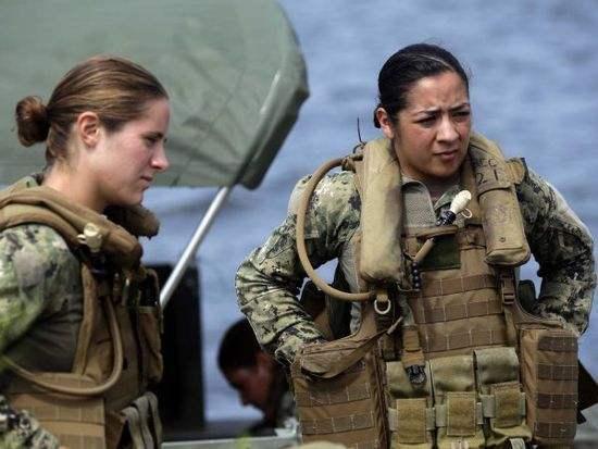 图为美国陆军女军人