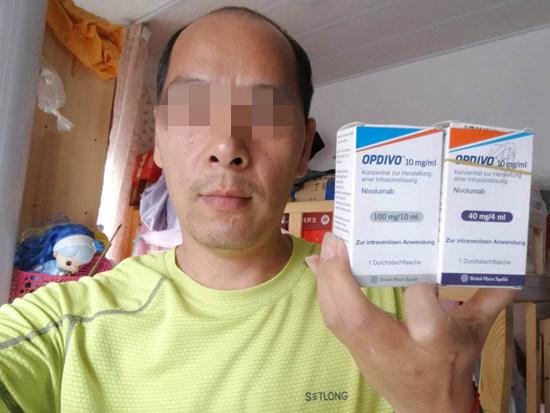 病友马林(化名)展示他购买的保命药PD-1。郑千里/摄