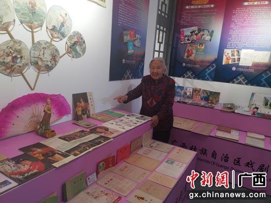 89岁的北京东城区李霞老奶奶在观看展览