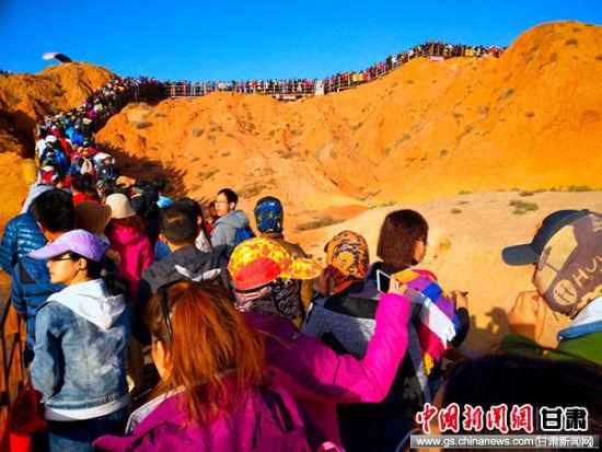 """张掖丹霞节后旅游市场持续火爆 迎来""""错峰游""""小高潮"""