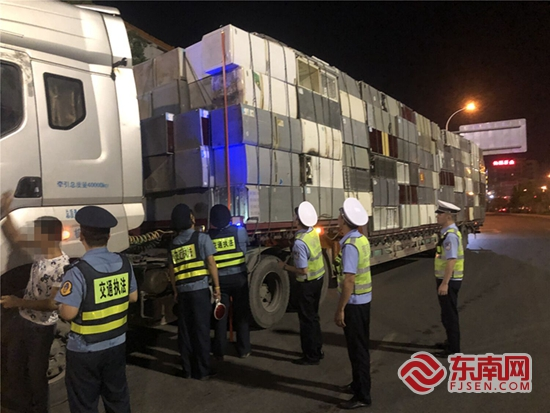 民警依法扣留超载货车。林鸿鑫 摄