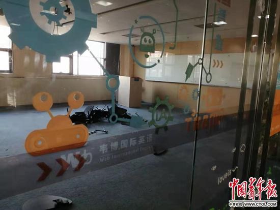 11月5日,韦博英语北京崇文门校区已经搬空,只剩一堆凳子腿。中国青年报·中国青年网见习记者赵丽梅/摄