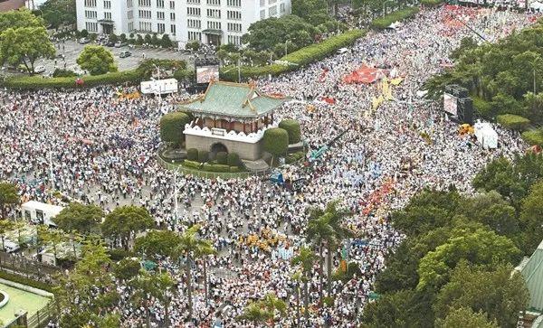 ▲退休军工教人员游行抗议台当局。
