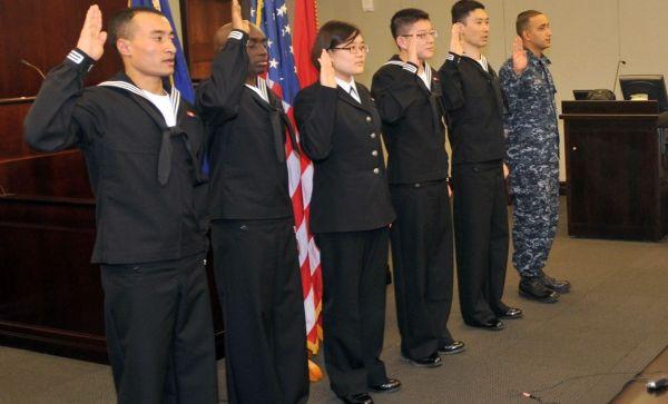 图为美海军中的移民军人
