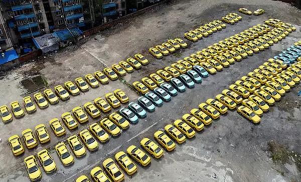 雨花台区一个停车场里停放着大量闲置出租车。现代快报 图