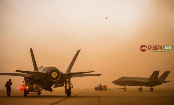 美国空军基地遭沙尘暴袭击