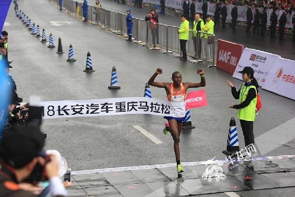 记者 刘嵩 摄-2018重庆马拉松今日开跑 不仅好玩还传递满满的正能量