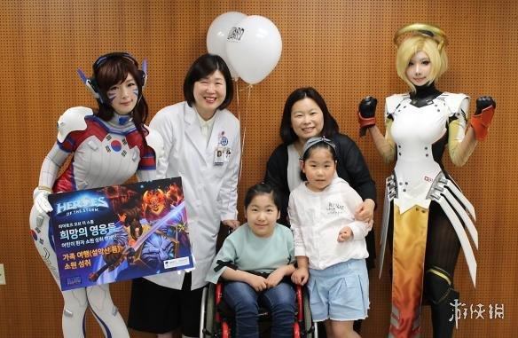 韩国螺旋猫cos《守望先锋》天使、D.va探望住院儿童 小姐姐人美心善