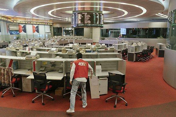 """港交所旧交易大厅,图中穿着红色马甲的证券经纪人被称为""""红衫仔""""。图片来源:视觉中国"""