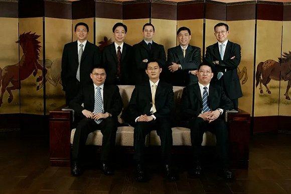 腾讯的管理团队在飞亚达大厦的会议室里合影,背后是寓意五位创始人的《五马图》。来源:被访者供图