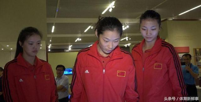 中国女排集体参观国博 烈日下军训体验军人生活
