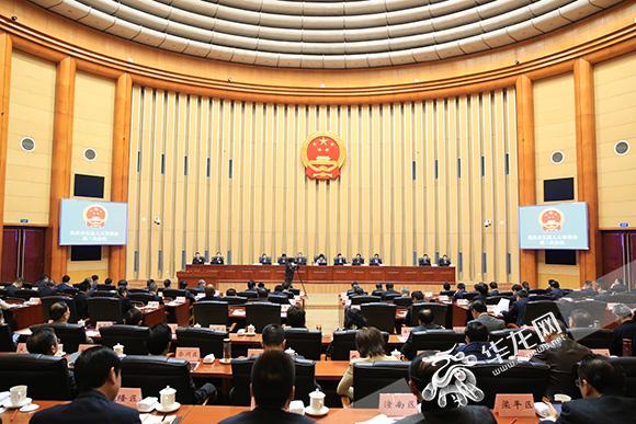 29日上午,重庆市五届人大常委会第二次会议第二次全体会议上,表决通过了一批人事任免事项。 记者 刘嵩 摄