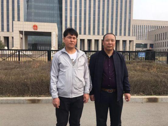 再审宣判前,吉林省高院外,刘忠林(左)与表姐夫王贵贞。(来源:新京报)
