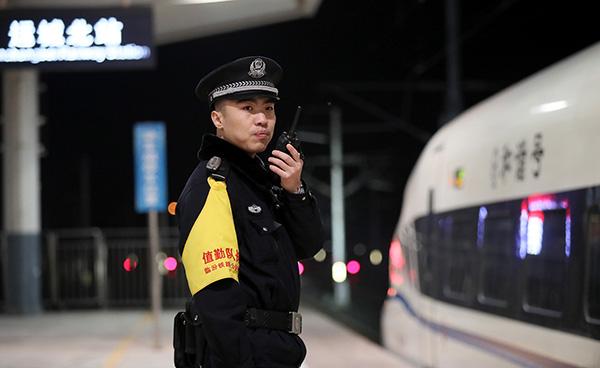 除夕之夜,山西运城北站,临汾铁路公安处民警在站台坚守岗位。视觉中国 图