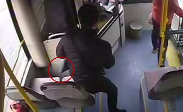 飞鸿娱乐报道:男子在公交车上捡走电脑,失主:监控拍到你了,能还给我吗?