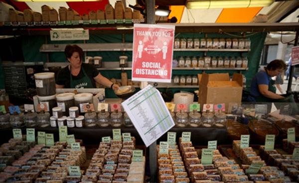 英国首相约翰逊:将从6月15日起重新开放所有非必需零售店
