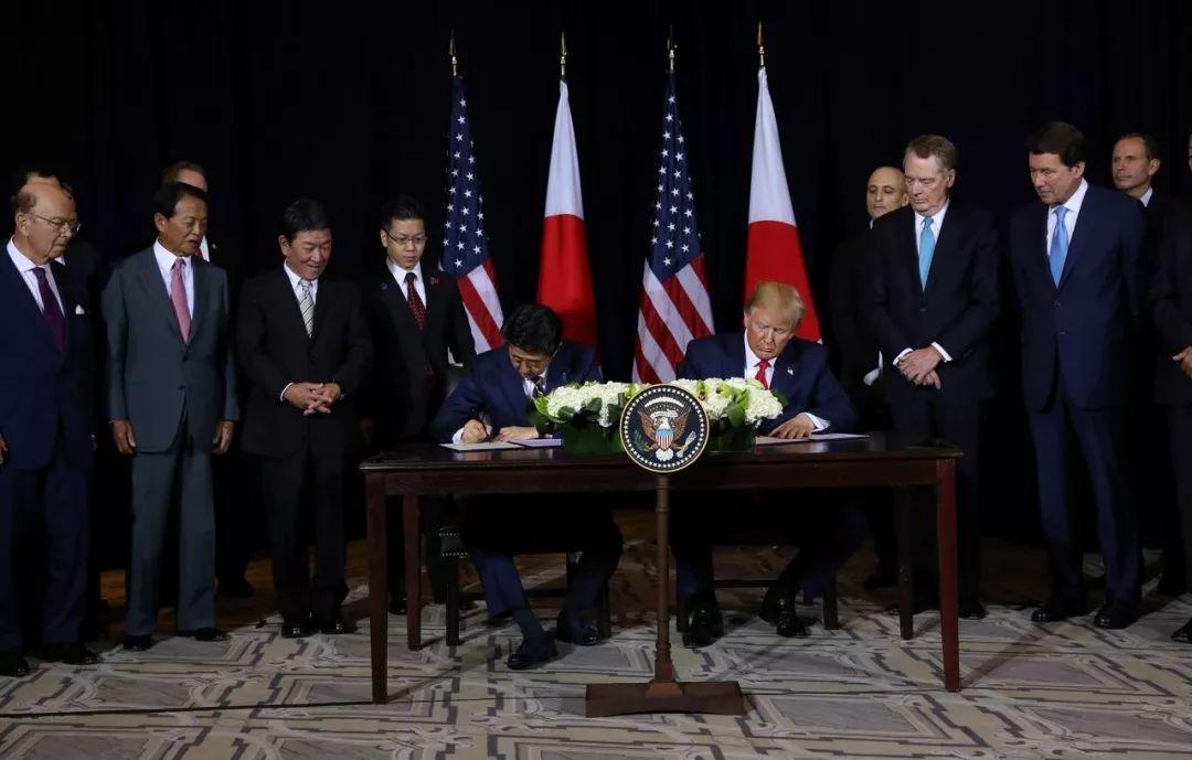 本地工夫25日,好国总统特朗普战日本辅弼安倍晋三正在纽约结合国年夜会时期签订开端商业和谈。 图源:中媒