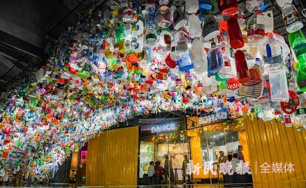 """2万余个塑料制品组成垃圾""""巨环""""这场艺术展呼唤大家""""艺""""起减塑料"""