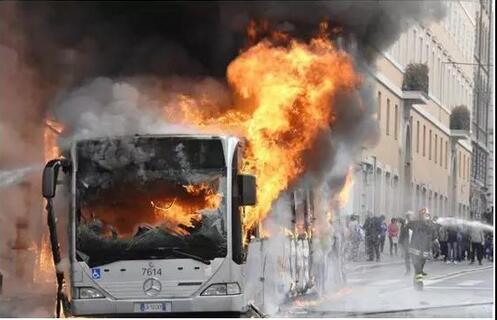 罗马4小时内两辆公车起火 一名少女被毁容