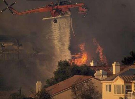 美国加州山火肆虐已致2死 近10万居民被迫撤离