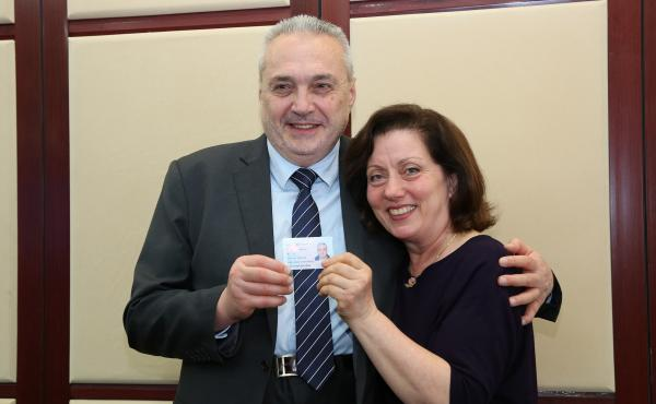 4月2日,Tudor Stefan Ratiu(左)获颁上海外籍人才永久居留身份证,与妻子合影留念。 上海市公安局出入境管理局 提供