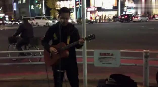 东京街头日语版的《海阔天空》,女孩一开始不知道他是中国人
