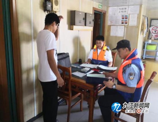新港海事处联合长航公安开展入汉船舶专项检查工作