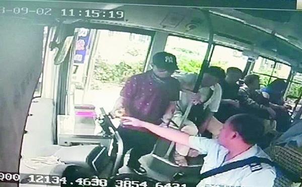 司机冷静地处理,整个过程没与乘客发生任何言语和肢体冲突。视频翻拍