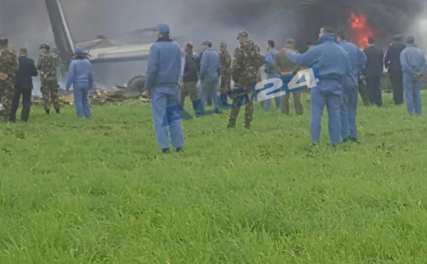 救援人员在坠毁地点附近展开救援。