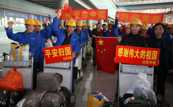 2011年3月5日,從利比亞撤回的中國人員抵達北京。(新華社發)