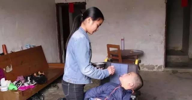 她32岁生5个娃,整个家被脑瘫儿子拖垮,自称嫁得不好