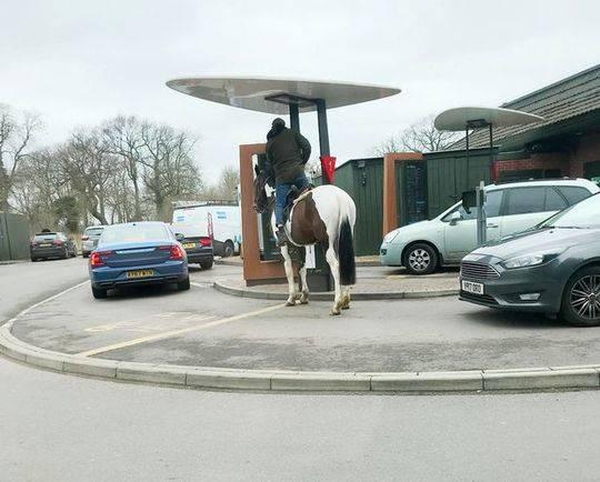 男子骑马点餐