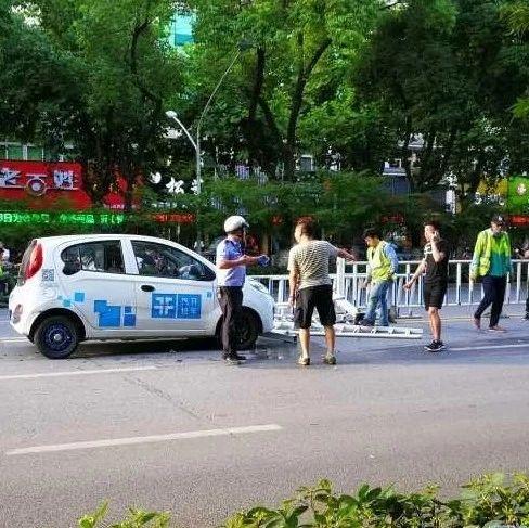 """芜湖欧尚超市旁发生事故!一辆""""易开""""撞飞十几米护栏?"""