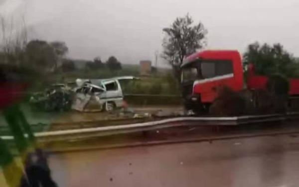 京昆高速稷山路段一半挂车与面包车相撞,已致6死2伤