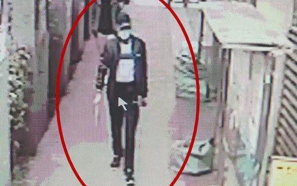 監控視頻顯示,嫌疑人用鴨舌帽、口罩遮住面部信息。警方供圖