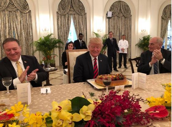 新加坡外交部长维文在推特上发布了一张特朗普过生日的照片。