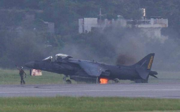 图为驻日美军战机发生着陆起火事故