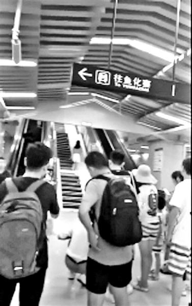 西安地铁站钢琴楼梯走红 有人拍视频阻拦行人通行