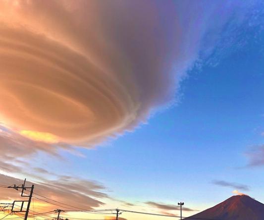 富士山上空的奇异景不雅。(图源:日本气候消息公司)