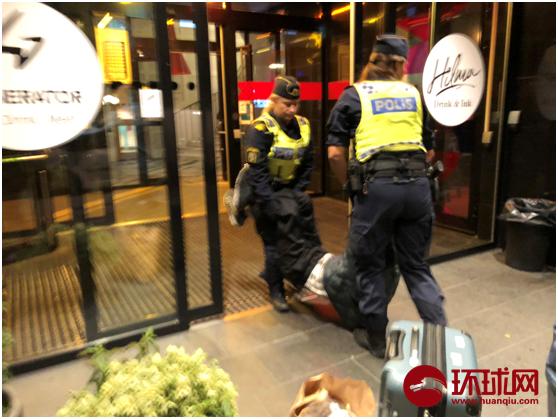 图说:曾先生的父亲被瑞典警察拖出酒店。